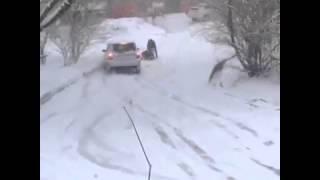 Смотреть онлайн Смелый парень спас тетку от наезда автомобиля