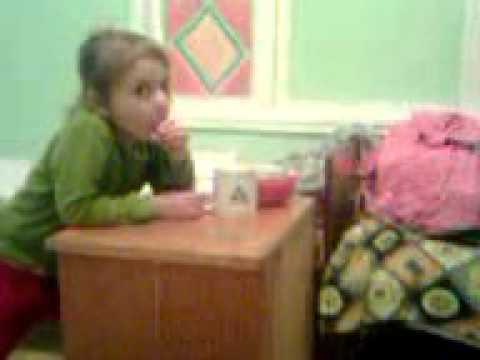 Девочка страстно сосёт сосиску