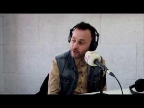 EN LA RADIO.