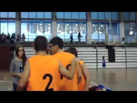 Watch videoChicos jugando a baloncesto