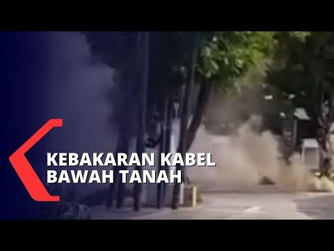 asap mengepul akibat kebakaran kabel bawah tanah di depan masjid istiq