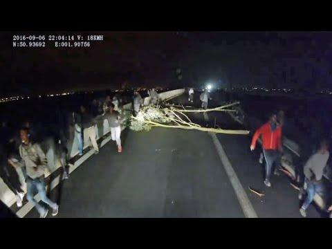 """Lkw-Fahrer filmt Fahrt zum Eurotunnel: """"Flüchtlinge kletterten auf die Ladefläche"""""""