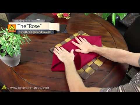 Δίπλωμα χαρτοπετσέτας ή πετσέτας για την διακόσμιση του τραπεζιού