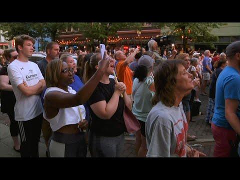 """Setki ludzi stłoczyły się na ulicy w Dayton w stanie Ohio, aby czuwać nad dziewięcioma ludźmi zabitymi przez rewolwerowca we wczesną niedzielę. Niektórzy z tłumu krzyczeli """"dokonaj zmiany"""" i zrób coś """", kiedy przemówił republikański gubernator Ohio Mike DeWine. (5 sierpnia)"""