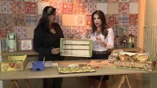 Cesta de pães em caixa de uva
