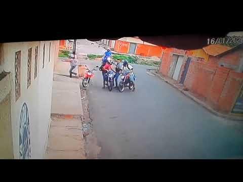 Câmera flagra quatro homens assaltando casal na zona Sudeste