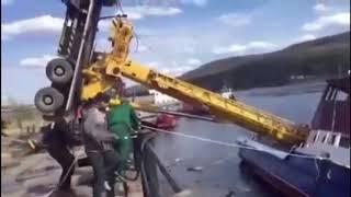Автокран опрокинулся спуская на воду судно