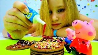 Пеппа из мультика украшает печенье. Видео для детей