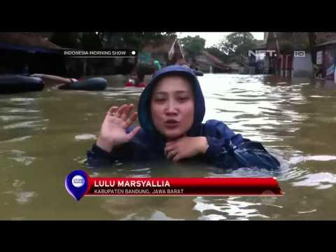 Warga Baleendah Nekad Melawan Arus Banjir -IMS
