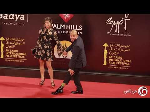 شادي ألفونس يستعرض جوربه الكارتوني على السجادة الحمراء بافتتاح مهرجان القاهرة السينمائي
