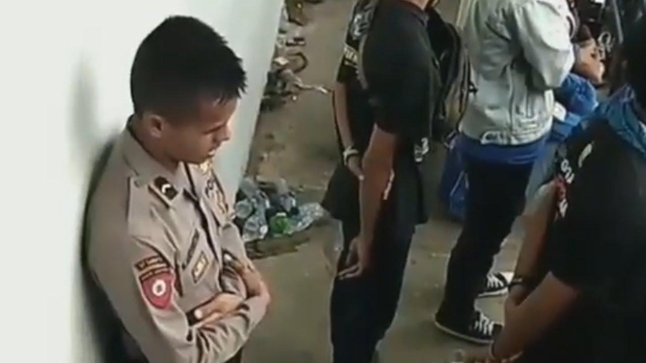 Video Viral Polisi Sempatkan Diri Beribadah ketika Bertugas di Belakang Suporter Bola