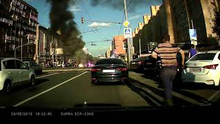 Сегодня 24.05.18 Видеорегистратор снял как горит мотоцикл с байкером после столкновения с грузовиком