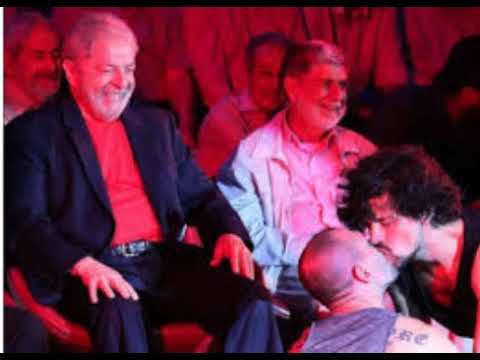 Lula com cara de Tarado Assistindo a Dois Homens se Pegarem no Palco