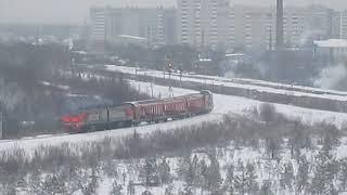 Тепловоз 2ТЭ10У-0411 со снегоочистителем выезжает из Архангельска