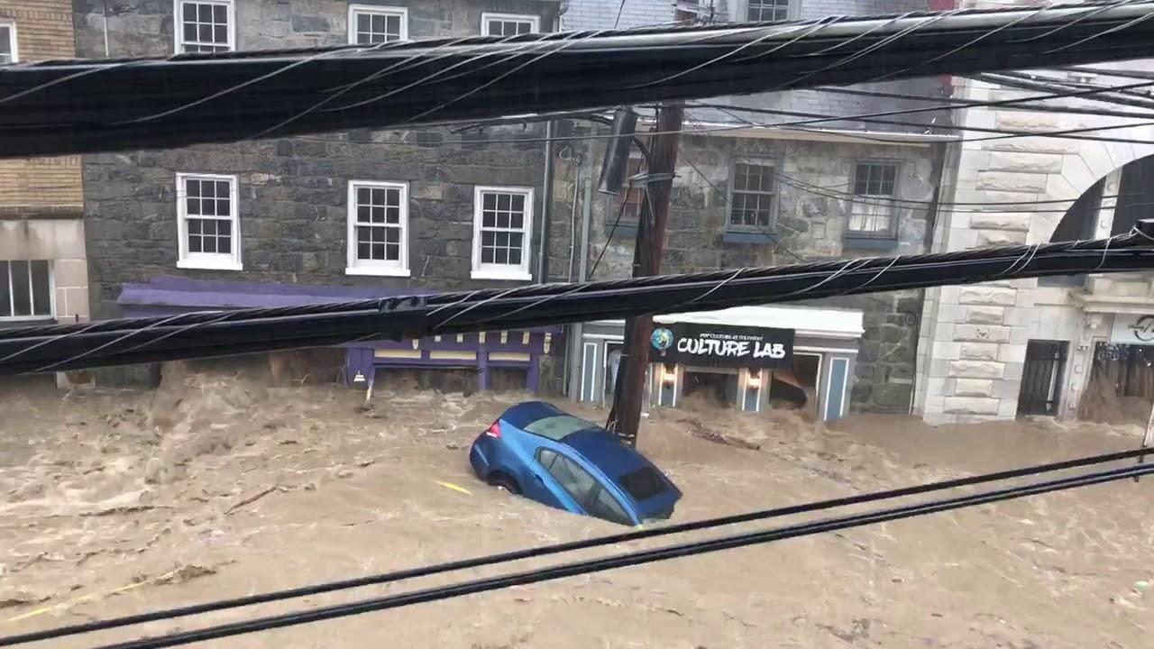 В штате Мэриленд наводнение по улицам плавают автомобили