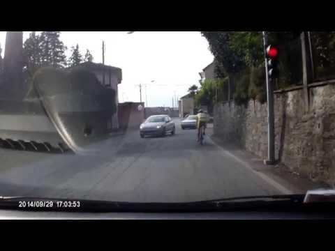 Ciclista passa con semaforo rosso