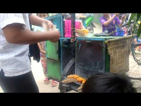Video INDRAMAYU STREET FOOD Tukang Sate Kikil Paling Laris Khas Pedagang Keliling