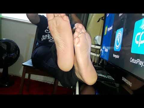 My sweaty male feet! Stinky male soles! Wrinkled soles! Cheira meu Chulé
