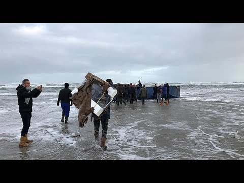 Tηλεοράσεις και έπιπλα ξεβράζονται στις ολλανδικές ακτές …
