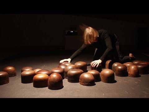 Lovas Ilona Könyörülj rajtam c. videoinstallációja, 2005-2006