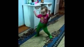 Девочка танцует...улет...ей 1.5 всего...