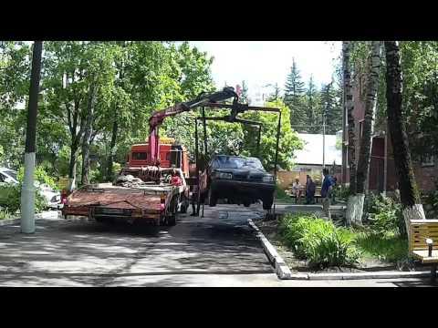 Давно брошенная машина во дворе: куда жаловаться?
