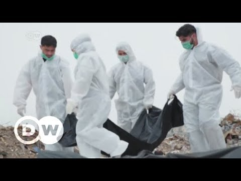 Mosul: Aid workers recover bodies from the ruins a year on   DW English