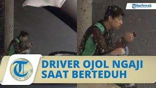 Driver Ojol Baca Alquran saat Berteduh, Sikapnya Tuai Pujian Warganet: Dimudahkan Rezekinya