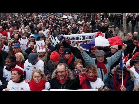 «Κόκκινα φουλάρια» κατά «Κίτρινων Γιλέκων» διαδήλωσαν στο Παρίσι…