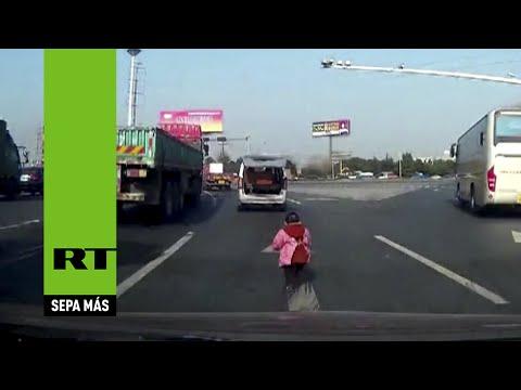 China: Un niño se cae del auto y los familiares ni se dan cuenta y lo dejan en la carretera