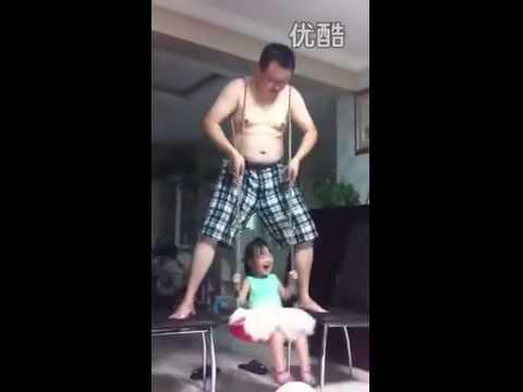 Bố dùng thân mình làm xích đu cho con gái