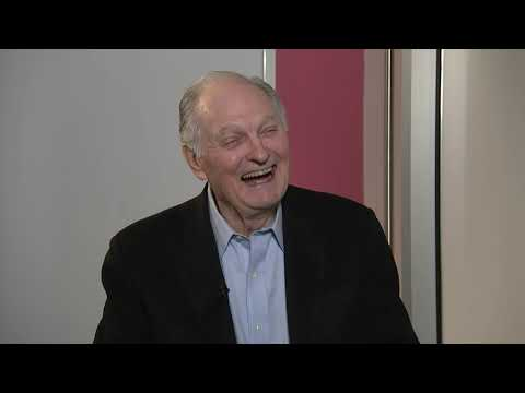 One of America's sweethearts will hand the torch to another when Tom Hanks presents Alan Alda with a Life Achievement award at the upcoming SAG awards. (Jan. 8)