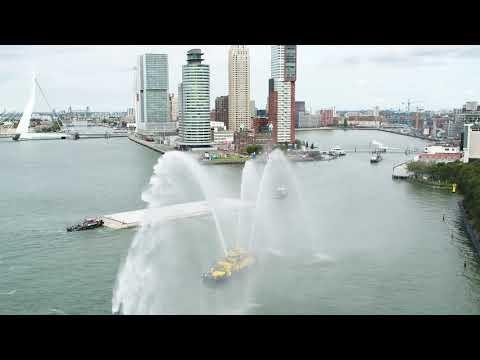 Floating Office Rotterdam versleept naar Rijnhaven