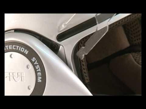 L'écran est équipé d'une lentille adhésive (semblable au pin--lock, utilisé par les pilotes de MOTO GP) réalisée spécialement pour GIVI. La ventilation est assurée par une prise d'air sur la mentonnière pour le désembuage, deux prises frontales pour la canalisation interne classique et encore d'un extracteur postérieur pour pouvoir garder une température interne constante.