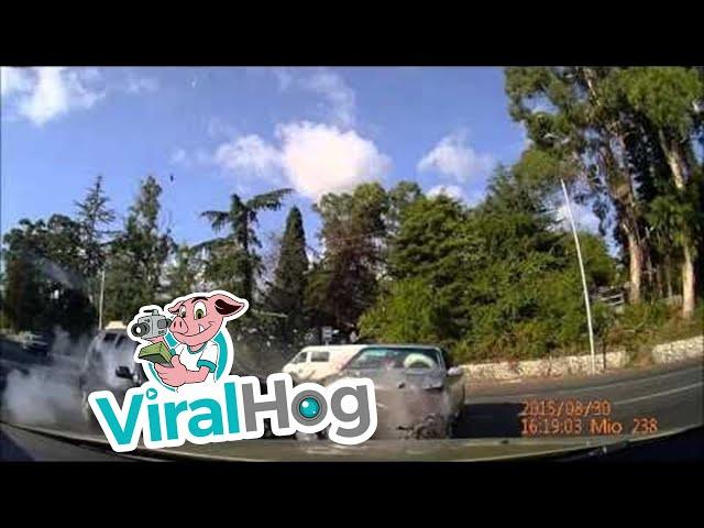 تهور سائق يتسبب في تصادم عنيف بين سيارتين