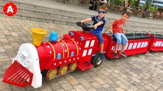 Дети Играют в Цветочном Парке и Катаются на Машинах - Видео для Детей