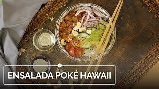 Ensalada poké hawaiiana de arroz, salmón y aguacate