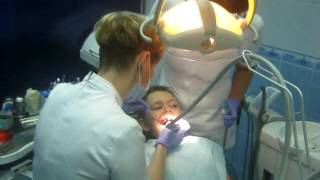 Поход к стоматологу.сверлим и пломбируем зуб.стоматолог показывает фокус.going to the dentist.