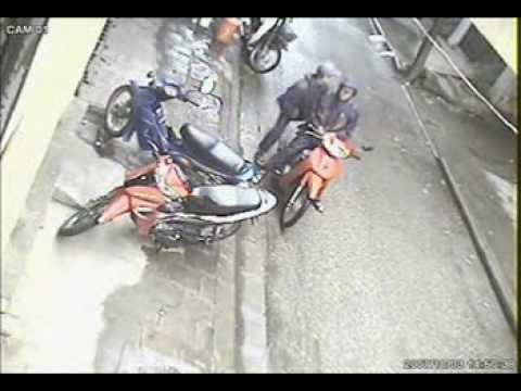 Tụi này trộm xe nhanh như chớp,các bác đi xe máy cẩn thận đề phòng nhá