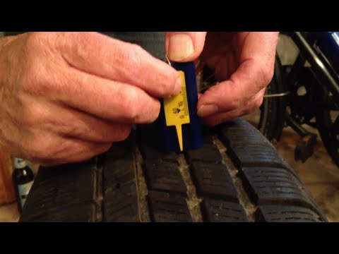Reifenprofiltiefe messen beim Autoreifen