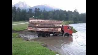 Ruska Ciężarówka Przejeżdża Przez Rwącą Rzękę. / Russian Truck Passes Through Wild River.
