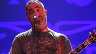 "Aaron Lewis Mocks Wes Borland, Tells CRAZY Story Of How Staind Wrote ""Outside"" 
