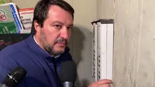 """Bologna, la provocazione di Salvini. Citofona in periferia a casa di un tunisino: """"Lei spaccia?"""""""