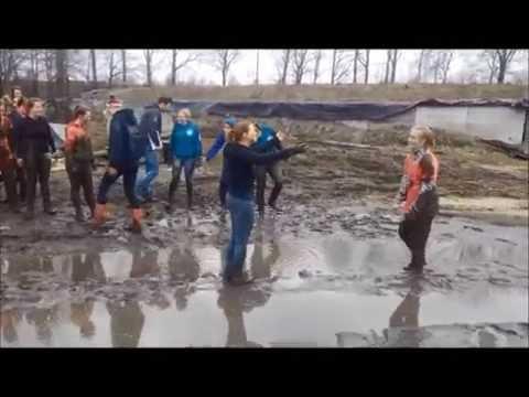 Boerenlympics activiteit - spel: Modder worstelen