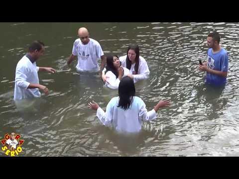 Comunidade Crista Novo dia Novo tempo faz batismo no Rio Juquiá em Juquitiba