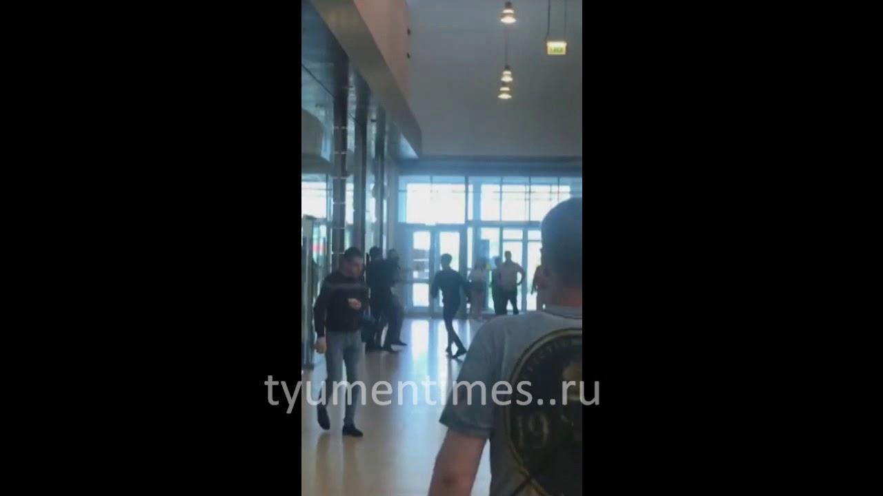 Неизвестный порезал охранника в тюменском гипермаркете