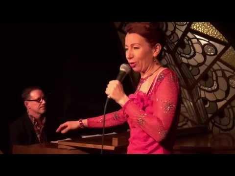 Nadja Filtzer en musici brengen nummers van Edith Piaf in De Meerpaal