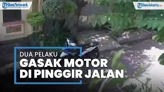 Aksi Dua Maling Motor dengan Modus Jadi Pengendara Ojol dan Penumpang di Sunter Terekam CCTV