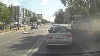 Смотреть онлайн Водитель и пешеход отвлеклись на дороге