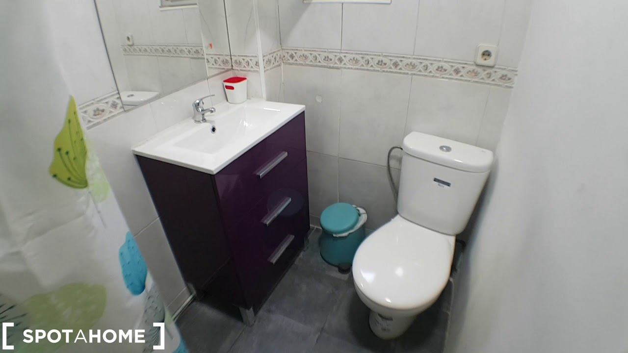 Rooms for rent in colourful 7-bedroom apartment in Puerta del Angel